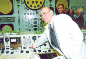 Советник генерального директора Лев Алексеевич Кочетков останавливает реактор