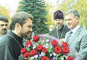 Ректор МИФИ Михаил Стриханов подарил своему завкафедрой митрополиту Иллариону розы