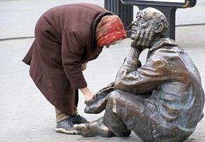Авторы доклада уверяют, что нищета в России  осталась только в виде памятника.