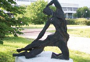 Скульптура Алексея Григорьева около Третьяковской галереи