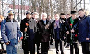 Встреча началась с митинга около памятника  Георгию Жукову