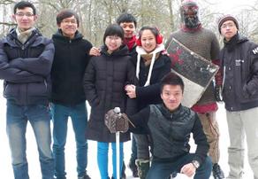 Иностранные студенты с клубом Валхалла