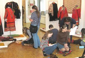 Ученики художественной школы изучают народные костюмы
