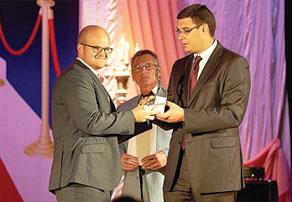 М и Мэр города Александр Авдеев вручает награду Вячеславу Полькину