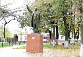 Памятник Ленину перенесли подальше от прежнего места. И теперь Ильича лучше видно только с одного ракурса