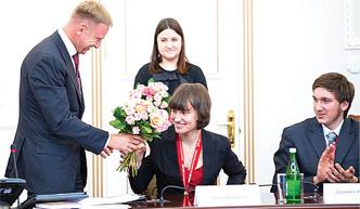 Министр образования Дмитрий Ливанов дарит Анне Абашевой букет