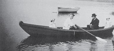 Поленов (на веслах) с дочерьми и доктором Трояновским на Оке