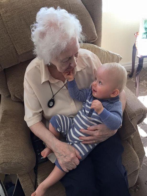 Бабушка баюкала внука и после смерти